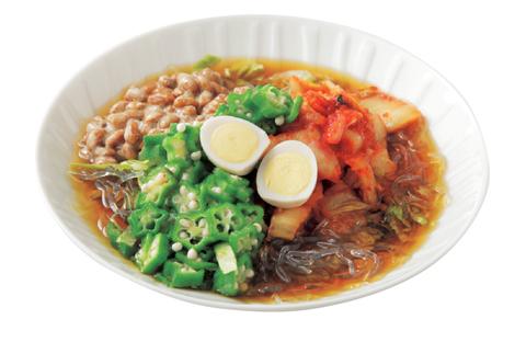 刻み納豆とトマト、オクラ、キムチのぶっかけめんの完成イメージ