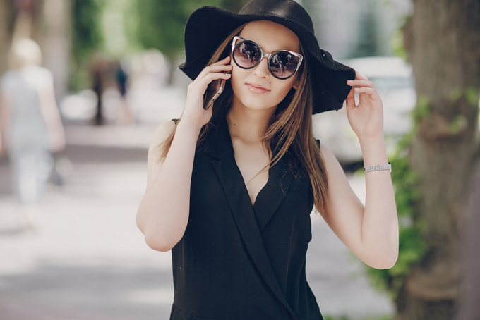 黒い帽子を被ってサングラスをかけた女性の画像