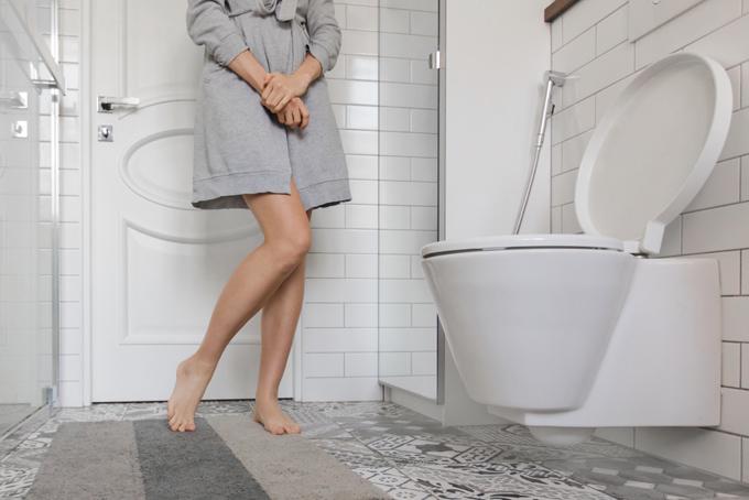 トイレを我慢する女性の画像