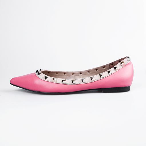靴を選んでいる女性の画像