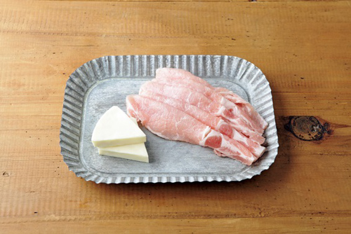 トレイに乗った豚肉とチーズ