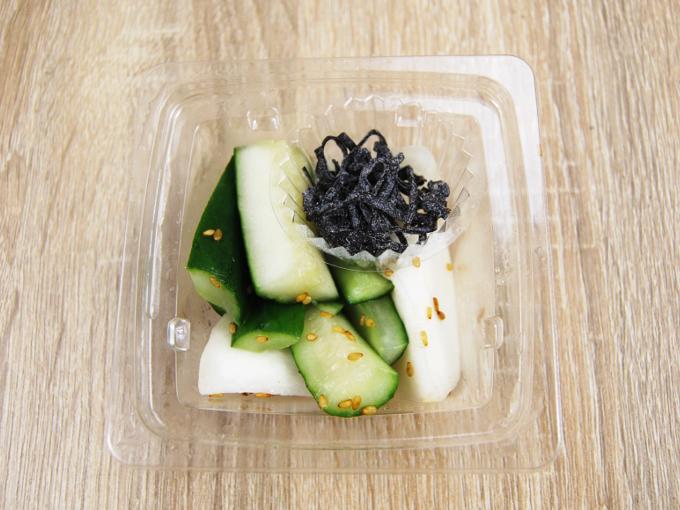 容器の蓋を外した「塩昆布で食べる! かぶ胡瓜」の画像