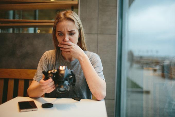 写真撮影に失敗した女性の画像
