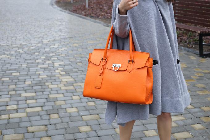 オレンジのバッグを持った女性の画像