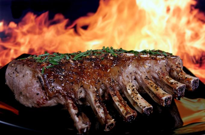 焼かれているラム肉の画像