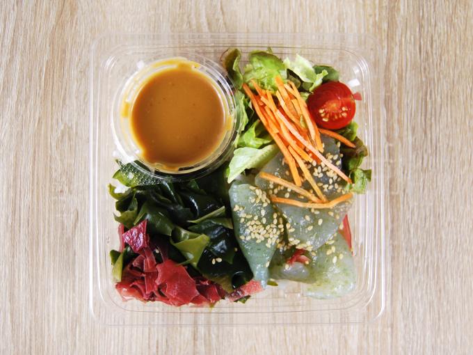 容器の蓋を外した「刺身こんにゃくと海藻のサラダ」の画像