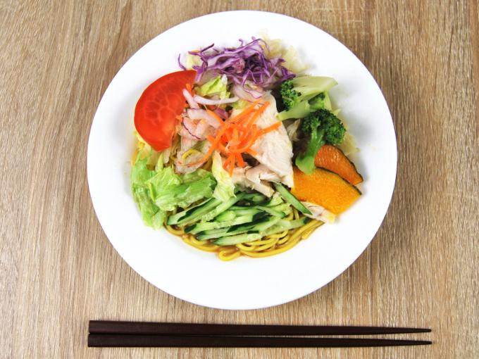 お皿に移した「1食分の野菜が摂れるサラダラーメン(ごまだれ)」の画像