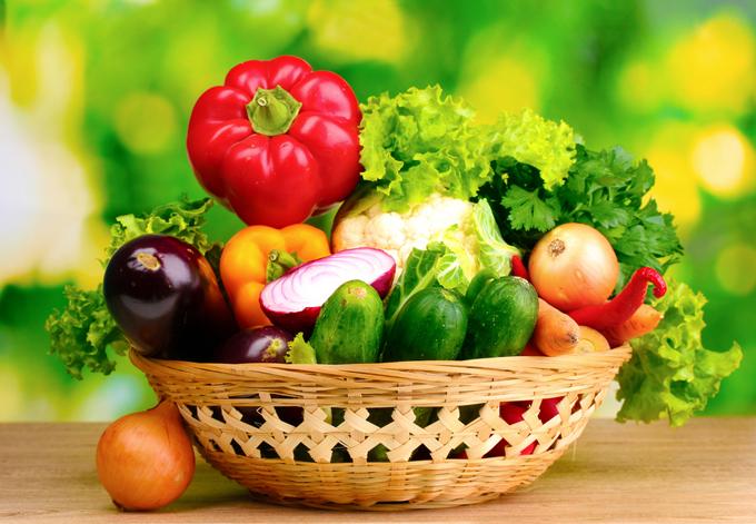 カゴに盛られたたくさんの野菜の画像