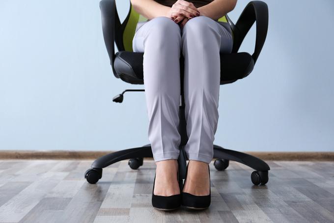 イスに座る女性の画像