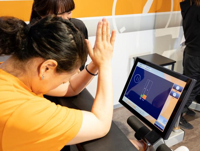 筋肉の強度と可動域を計測中