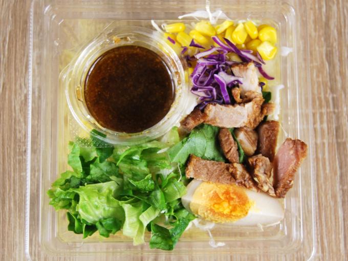 容器の蓋を外した「醤油玉子と焼豚のラーメンサラダ」の画像