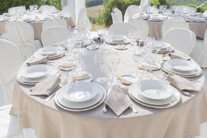 食器がセットされた結婚式のテーブルの画像
