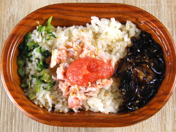 容器の蓋を外した「鮭ほぐしと明太子ご飯」の画像