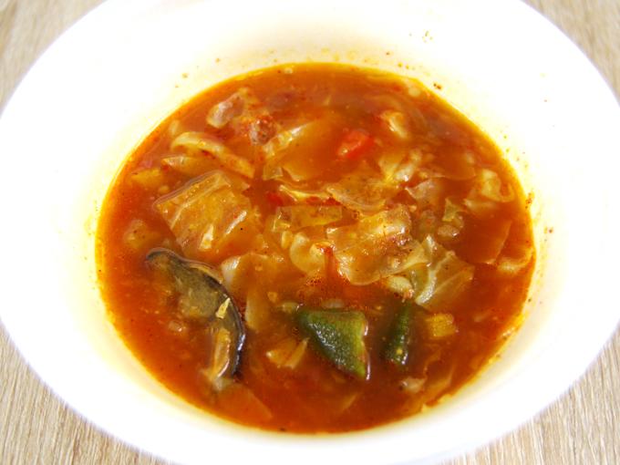 容器の蓋を外した「関ジャニ∞監修 野菜を食べよう! チリスープ」の画像