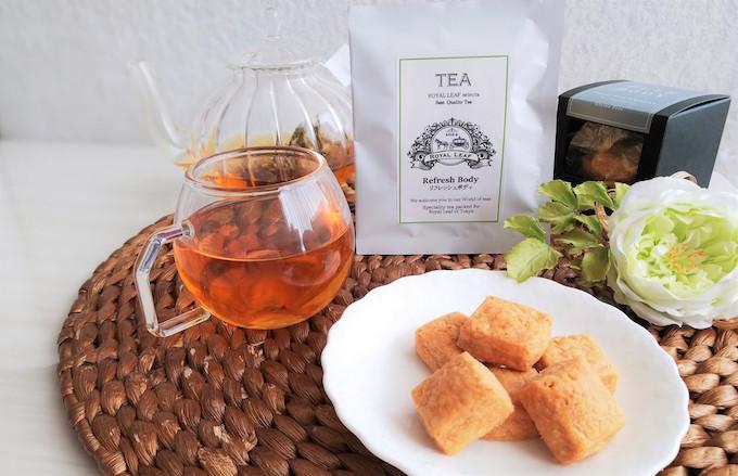 テーブルの上に紅茶とお茶菓子
