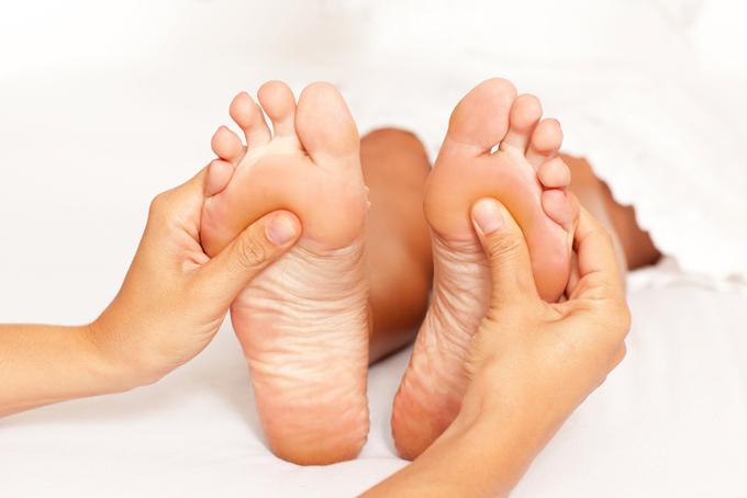 足の裏をマッサージしている画像