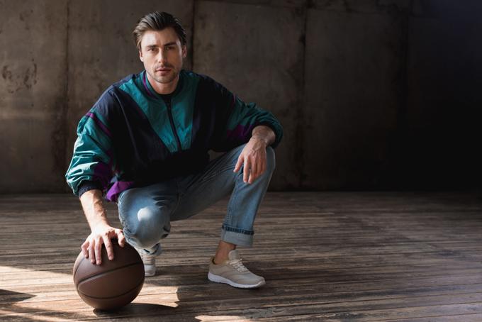 ボールを持ってしゃがんでいる男性の画像