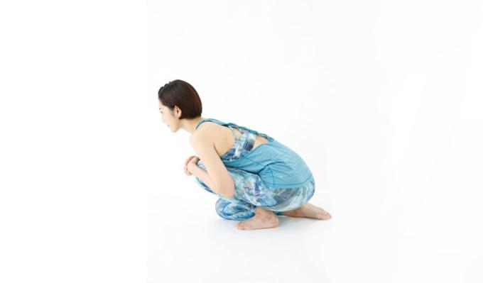 上体を前に倒して胸を左太ももにつけ、左脚に体重を乗せている様子