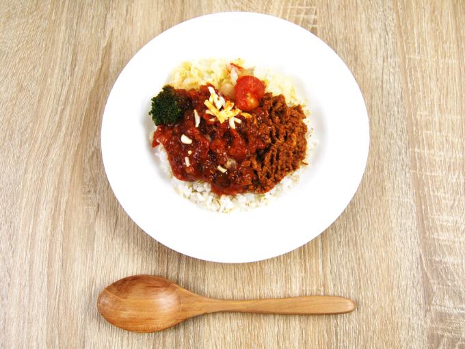 お皿に移した「1/2日分の野菜! タコライスもち麦ご飯」の画像