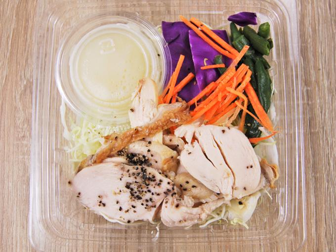 容器の蓋を外した「鶏むね肉のサラダ」の画像