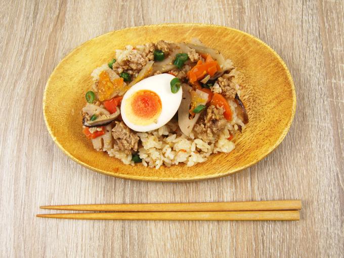 お皿に移した「鶏と玉子の五目ごはん」の画像