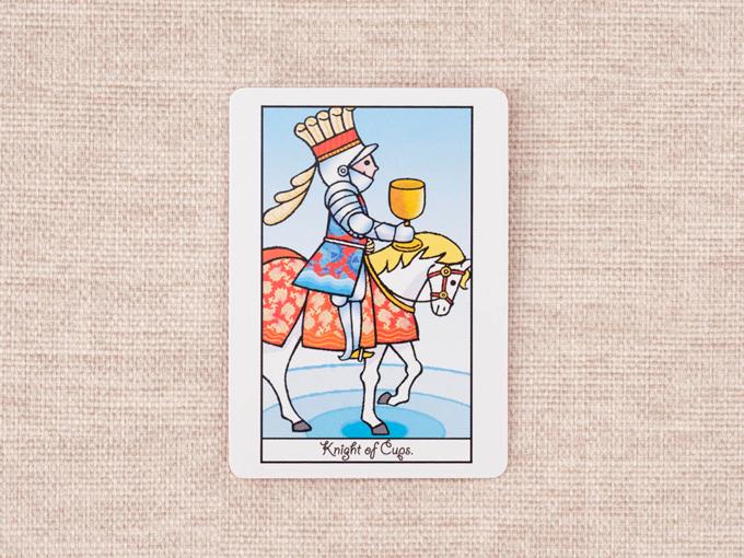 馬に乗って1つのカップを持った男性の絵