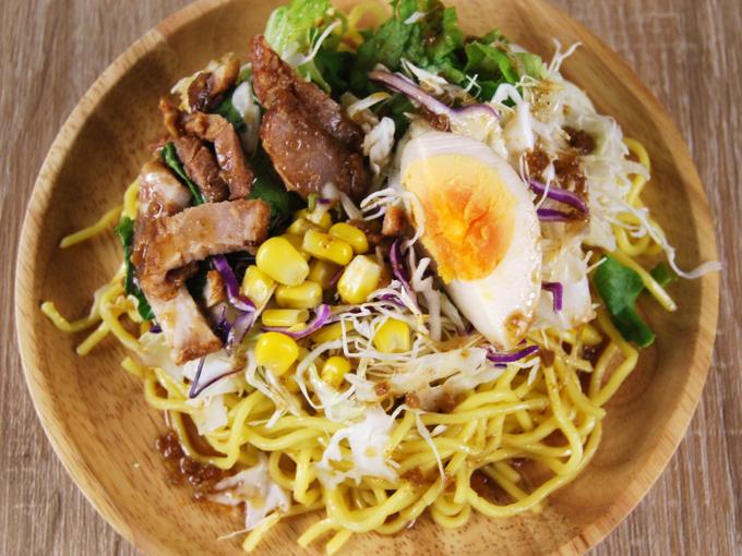 お皿に移した「醤油玉子と焼豚のラーメンサラダ」の画像
