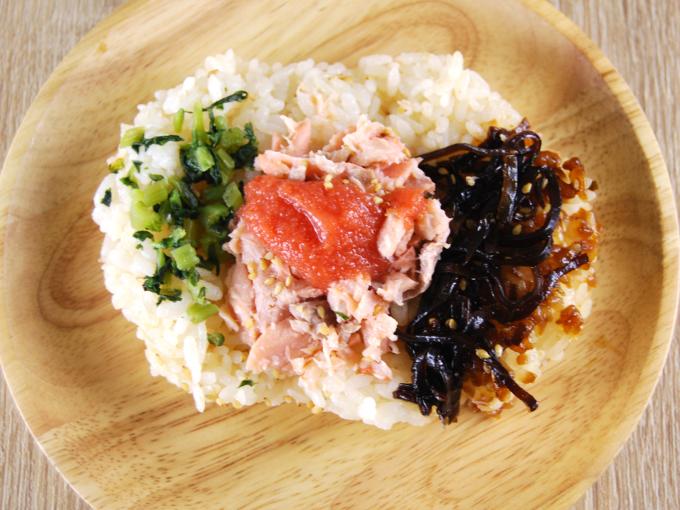 続いて贅沢な量が盛られている辛子明太子を一口。つぶつぶ感があり、後に引くピリッとした辛さがクセになりそう。魚卵が口の中でプチっとはじける感覚があり、とてもみずみずしい印象です。鮭と明太子を一緒に食べてもお互いの味がぶつかることなく、食感の違いが楽しめるのがうれしいポイント。ご飯の相性もバツグンで、これだけでご飯の1/3ほどをペロッと完食してしまいました。