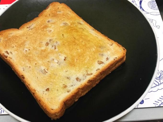 ライ麦パンにオリーブオイルをかけたもの