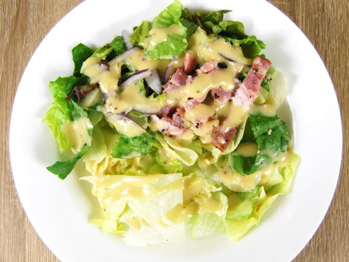 お皿に移した「高原レタスのシーザーサラダ」の画像
