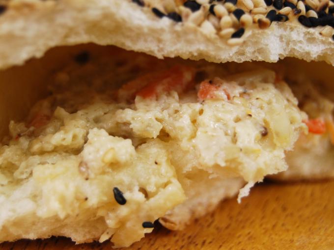 お皿に移した「ごぼうサラダパン」のアップ画像