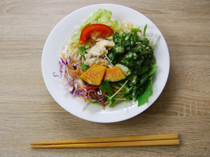 お皿に移した「1食分の野菜が摂れるサラダうどん(和風生姜)」の画像