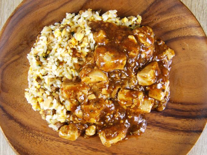 お皿に移した「dancyu監修 ロカボ麻婆炒飯」の画像