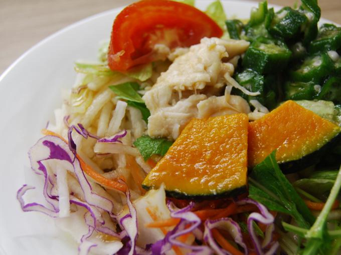 お皿に移した「1食分の野菜が摂れるサラダうどん(和風生姜)」のアップ画像