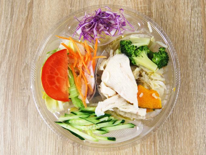 容器の蓋を外した「1食分の野菜が摂れるサラダラーメン(ごまだれ)」の画像