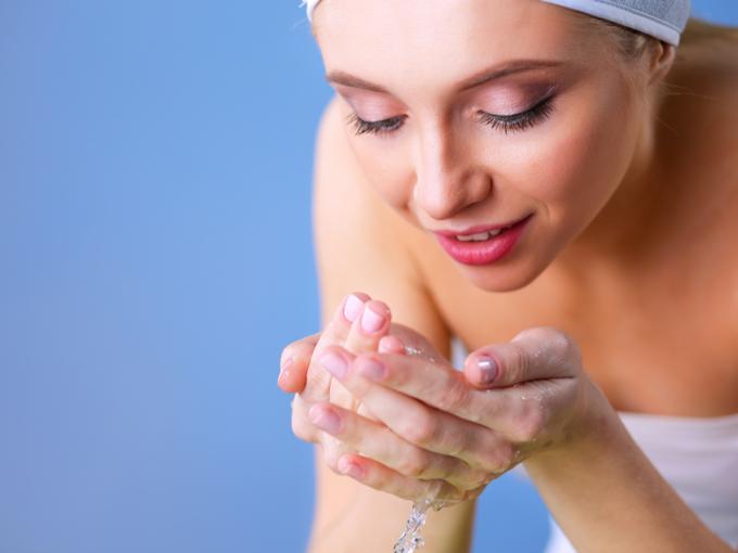 洗顔をしている女性