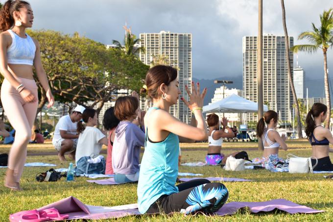 芝生の上で瞑想