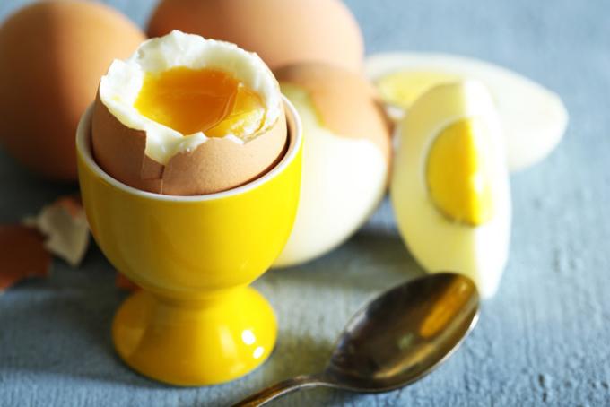 ゆで卵が器に入っている