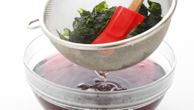 粗熱が取れたらザルで液をこし、さらにザルの上からゴムベラなどで押しつけるように絞る