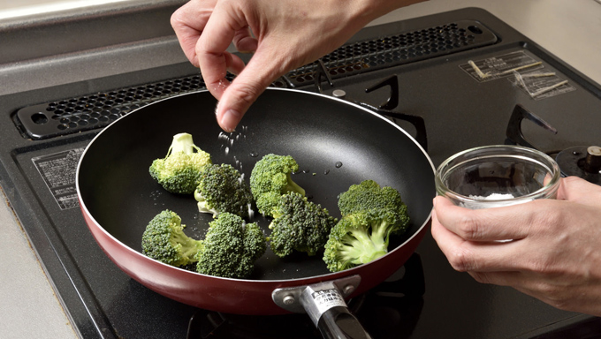 小房に分けたブロッコリーをフライパンに入れ、塩を少々ふります。