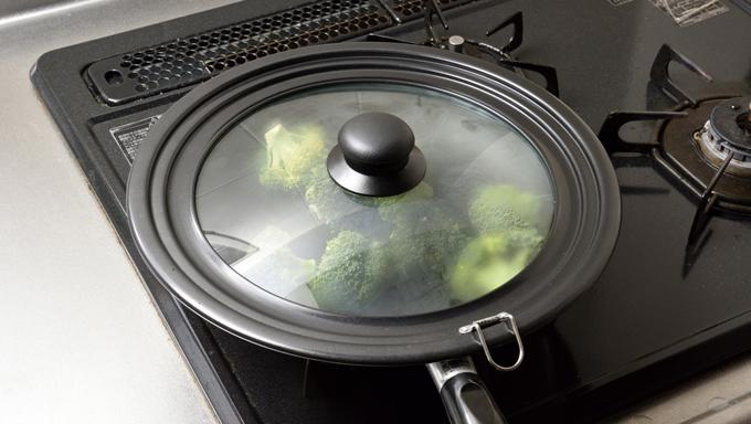 ふたをして、中火で約4分蒸し焼きにします。