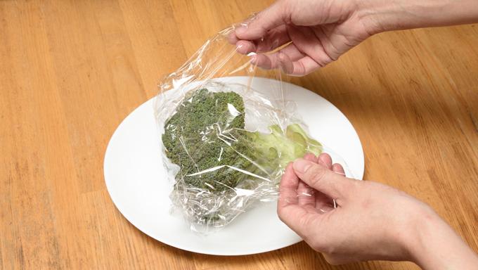 水分がついたまま、ラップでゆるく包みます。 ラップで包んだブロッコリーを電子レンジに入れて500Wで3分加熱する