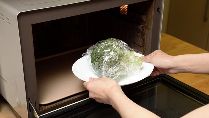 電子レンジに入れ、500Wで3分ほど加熱します。取り出したブロッコリーが冷めてから、小房に分けます。