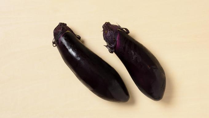 もともとは東海・関西で栽培されていた品種が、全国で作られるようになりました。今では最もよく見かける品種です。 皮がやわらかく、味にクセがないので、さまざまな料理に使えます。 ・長なす