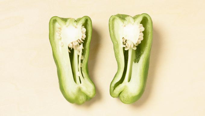 丸ごと食べる場合は、下の写真のように、種付きのまま半割りにします。