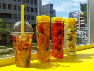 窓ぎわに「Fruits in Tea」のボトルが並んでいる