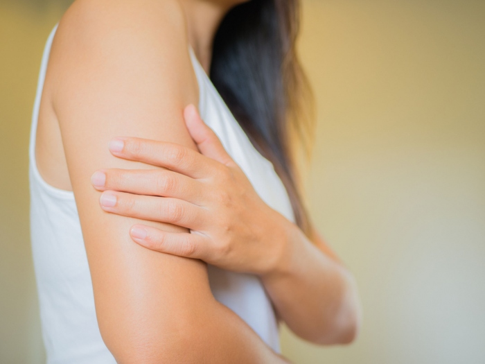 皮膚をねじるだけで二の腕のたるみが解消!エステ実証済みの「軟部組織リリース」