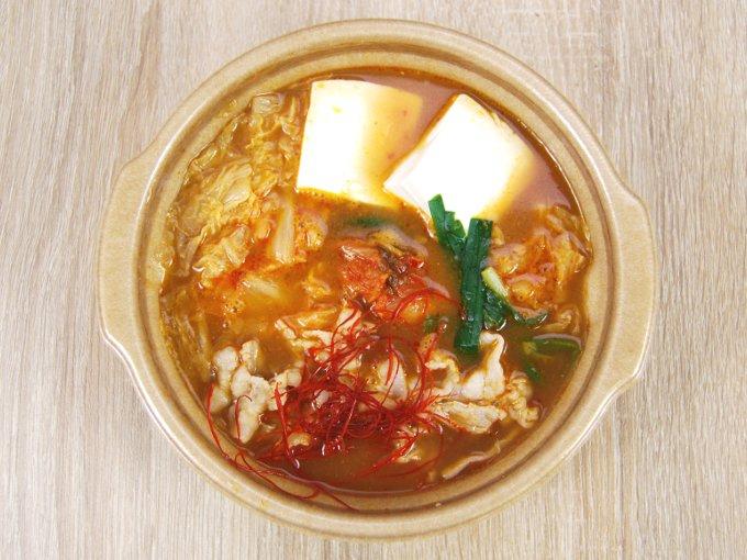容器のフタを外した「1日に必要とされる野菜1/2が摂れるキムチ鍋」の画像