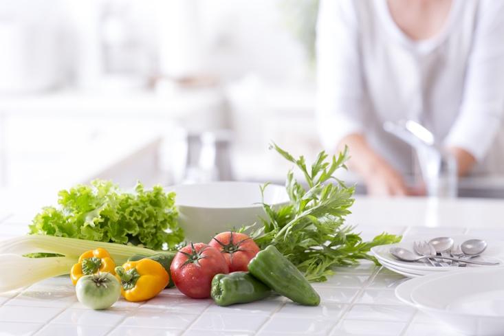 キッチンに並べられた野菜