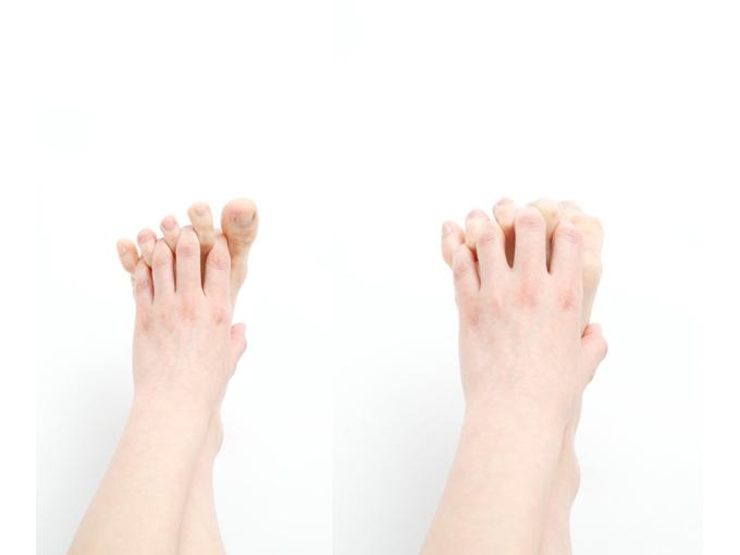 足指に手の指をひっかけてパー、グー